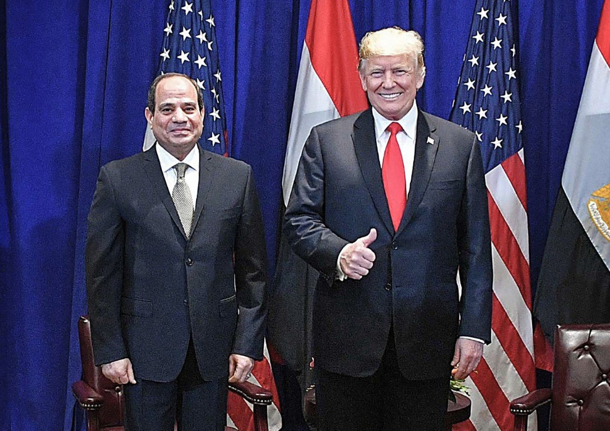 Egyptian President Abdel Fattah al-Sisi (L) posing for a picture with US President Donald Trump a day earlier, during a bilateral meeting in New York on 25 September (AFP)