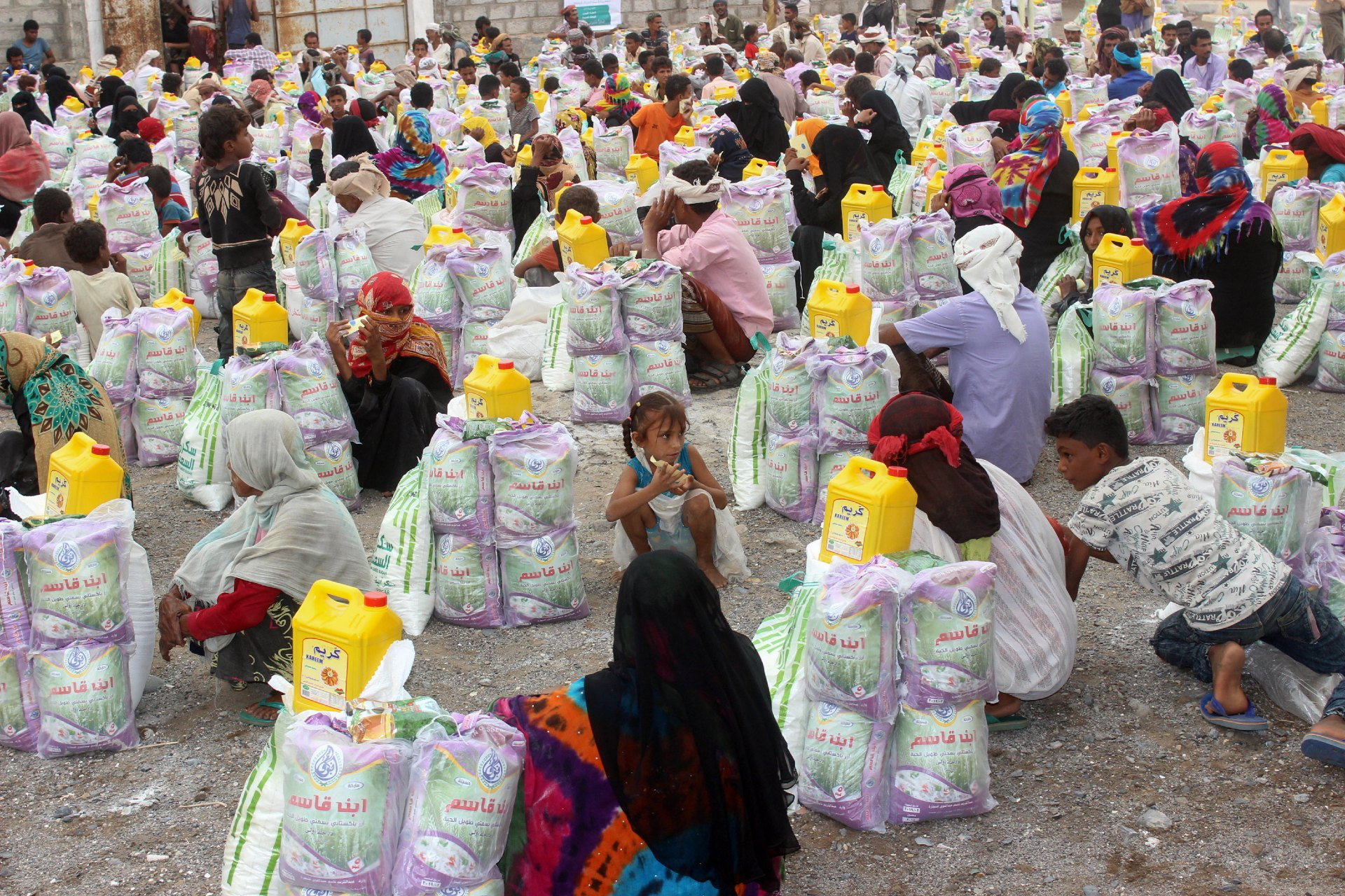 Displaced Yemenis from Durahemi receive food aid in the Red Sea port city of Hodeida (AFP)