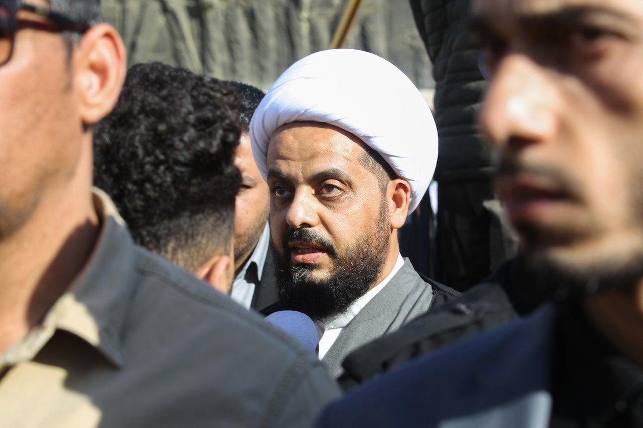 Каис аль-Хазали, лидер фракции Асаиб Ахль аль-Хак, присутствует на похоронной процессии боевиков Хашд аль-Шааби в Багдаде (AFP)