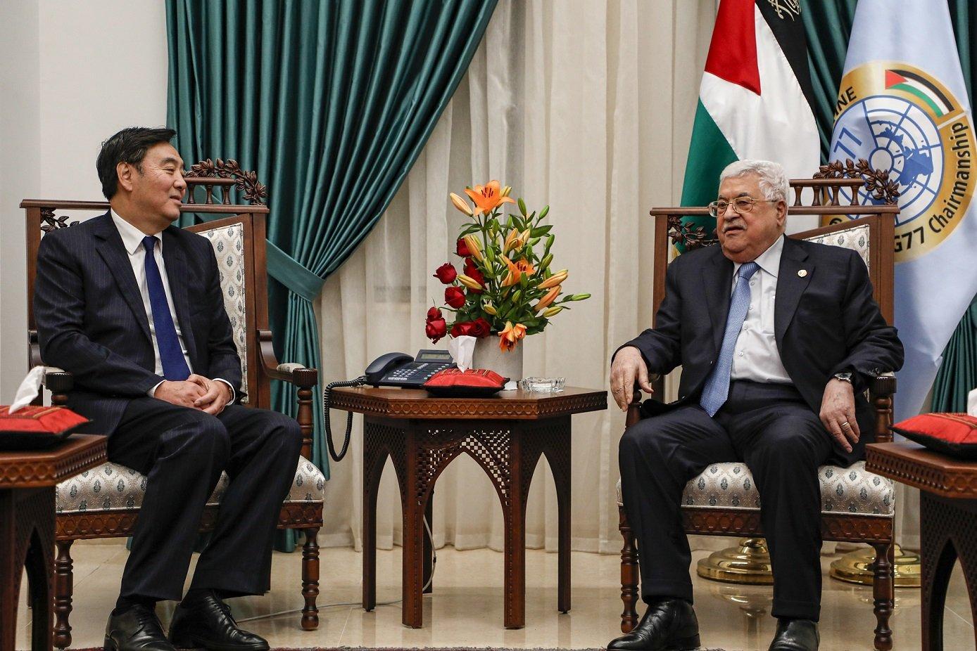 Zhai Jun, envoyé spécial du gouvernement chinois pour le Moyen-Orient, rencontre le président palestinien Mahmoud Abbas à Ramallah, en Cisjordanie occupée, le 7 décembre 2019 (AFP)