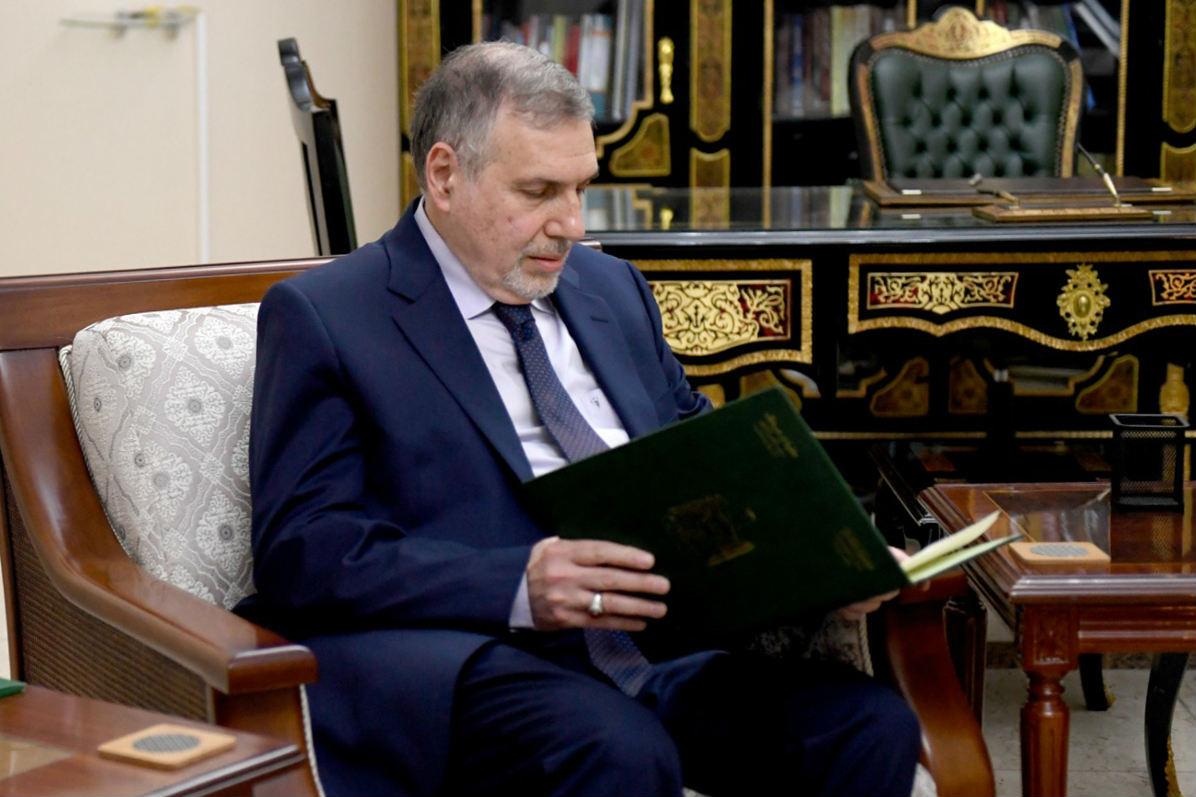 Allawi reading the decree making him prime minister-designate (AFP)