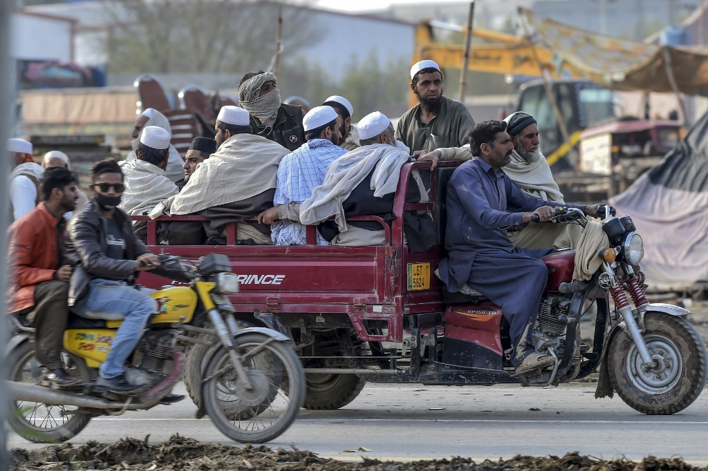 Worshippers leave Raiwind as the Tablighi Ijtema is cut short on 13 March 2020 (AFP)