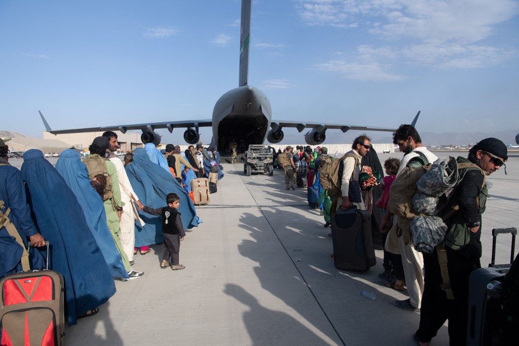 Des passagers attendent d'être évacués par les avions de l'US Air Force à l'aéroport de Kaboul, le 25 août 2021 (AFP/Donald R. Allen)