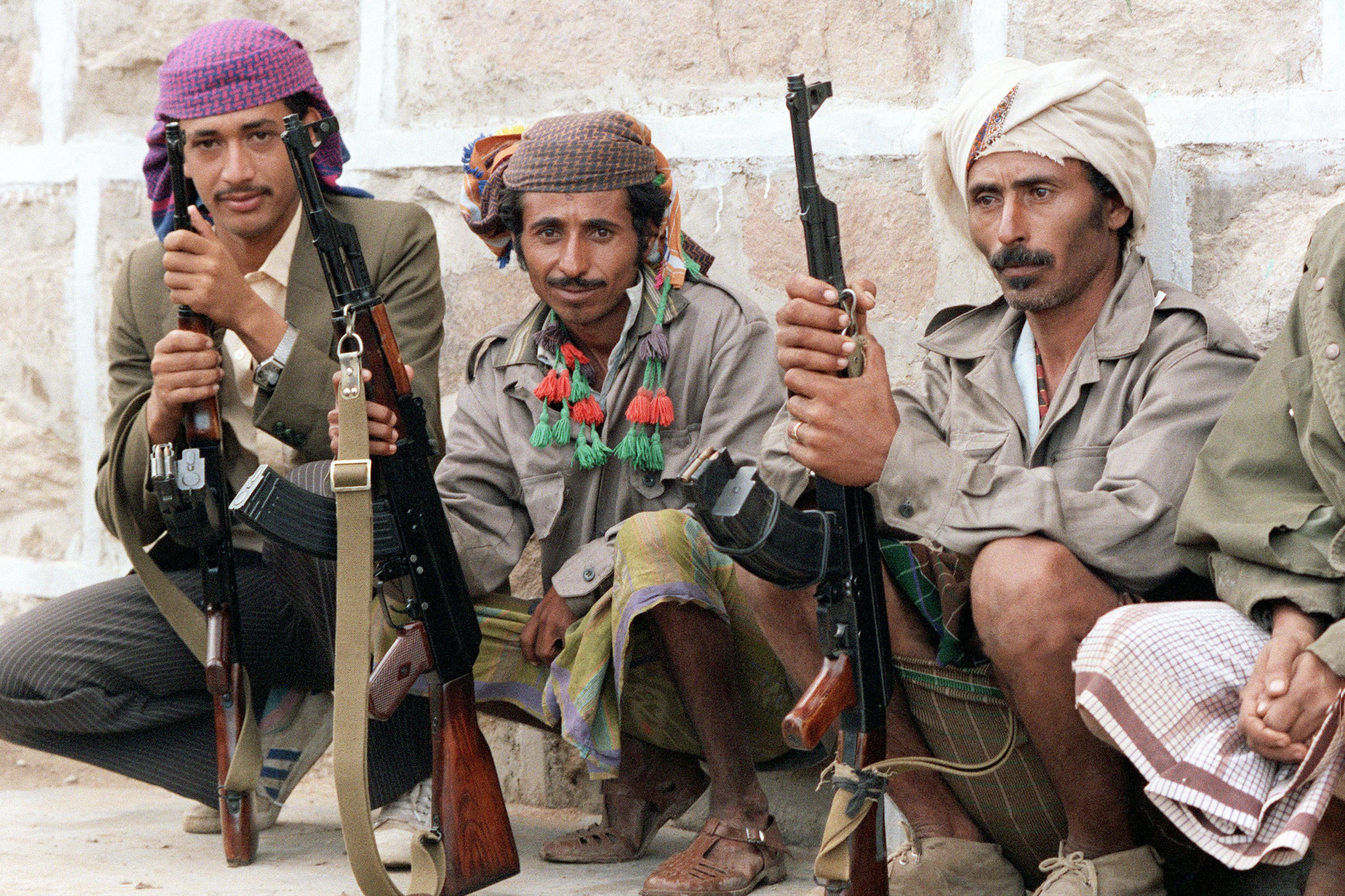Militiamen, partisan of Yemen Socialist Party senior leader Abdul Fattah Ismail, pose with their guns, on 2 February 1986, near a checkpoint in Aden (AFP