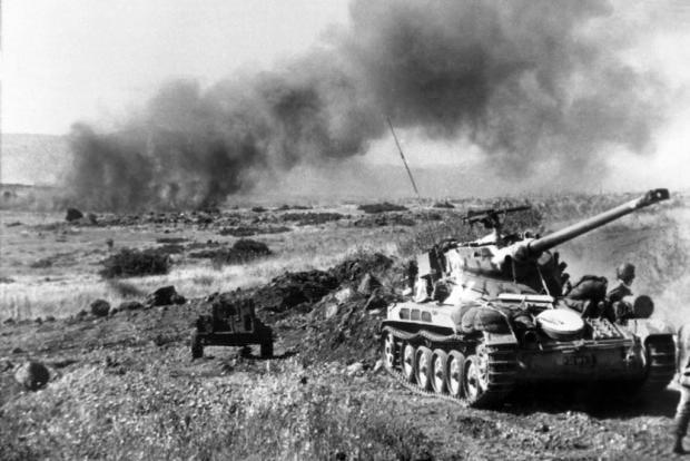 Des chars israéliens de fabrication française en action sur cette photo prise en juin 1967 pendant la guerre sur le plateau du Golan (AFP)