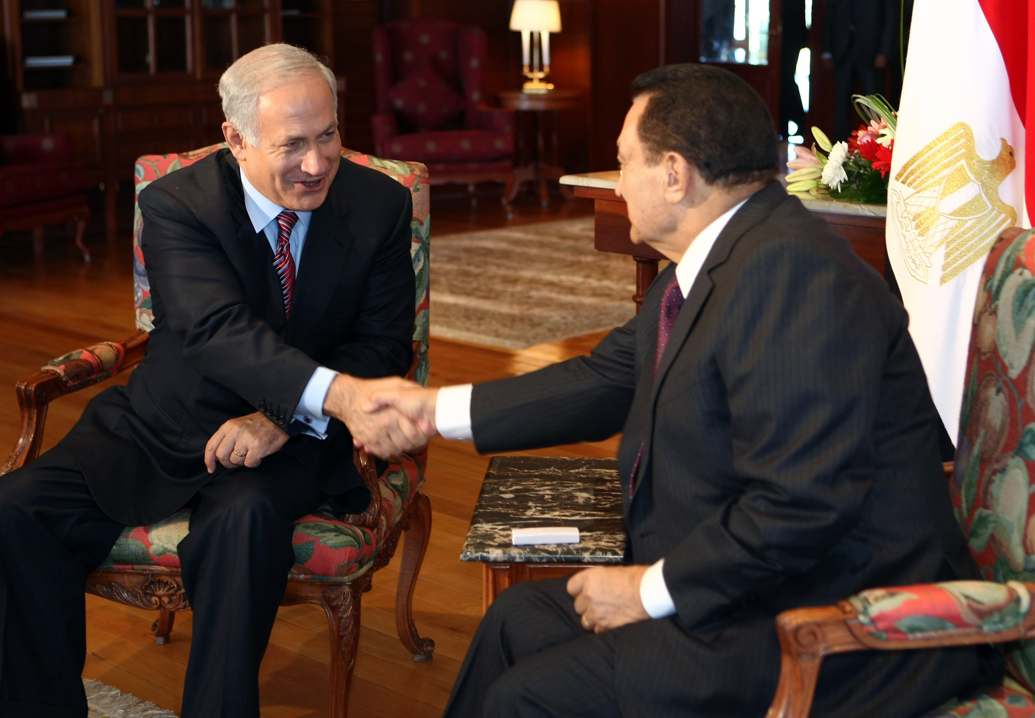 Egyptian President Hosni Mubarak (R) shakes hands with Israeli Prime Minister Benjamin Netanyahu (L) during a meeting in the Egyptian Red Sea resort town of Sharm El-Sheikh on May 11, 2009.