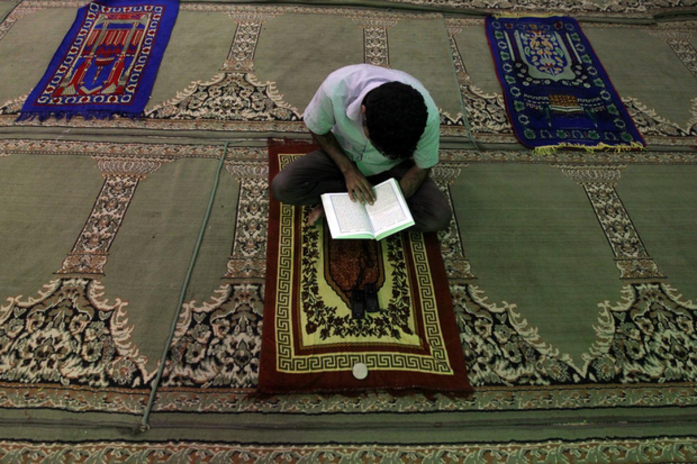 Un musulman lit le Coran dans une mosquée (AFP)