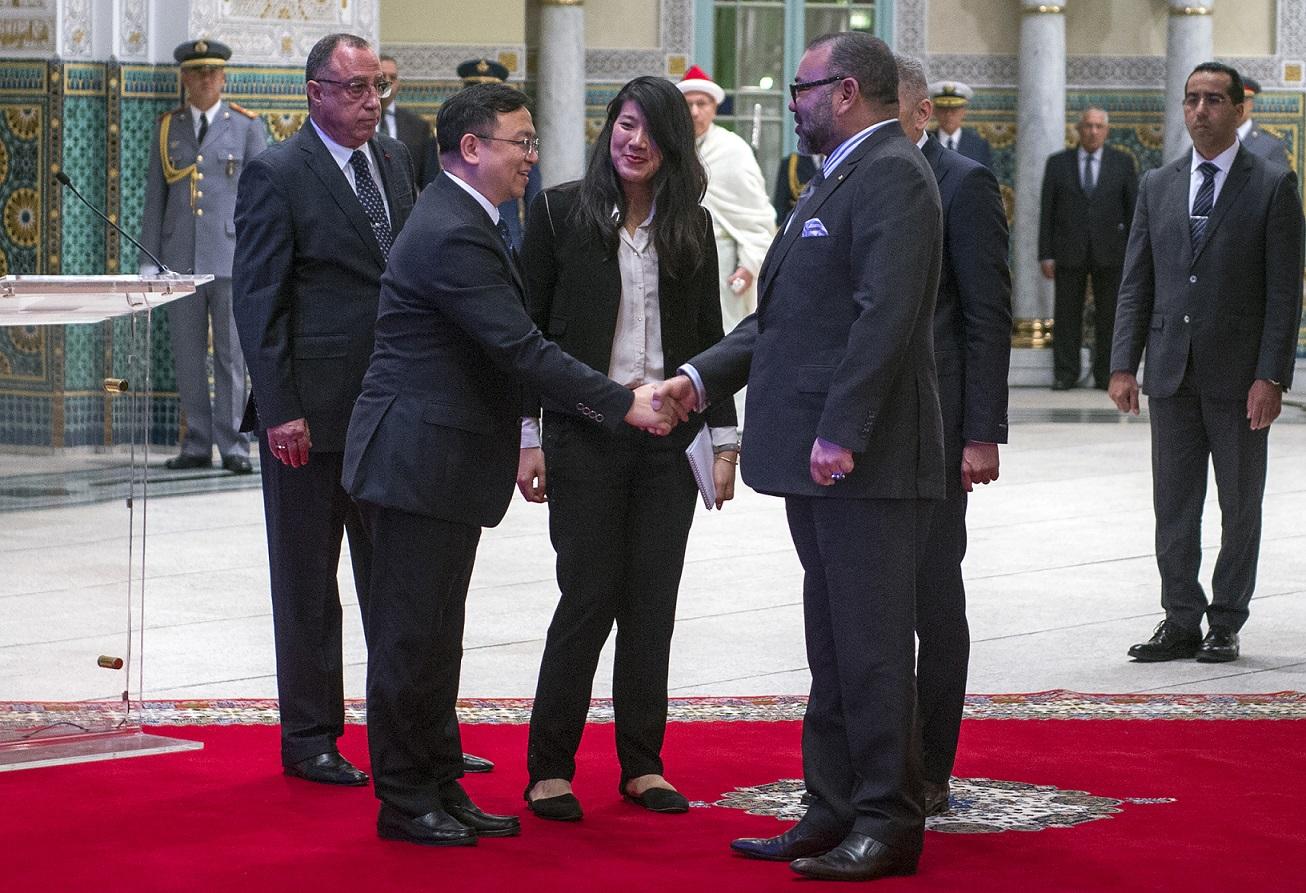 Le roi Mohammed VI salue Wang Chuanfu, fondateur du constructeur automobile BYD, avant la signature d'un accord qui fera de l'entreprise chinoise la 1e société étrangère à construire des voitures au Maroc après les français Renault et Peugeot, le 9 décembre 2017 (AFP)