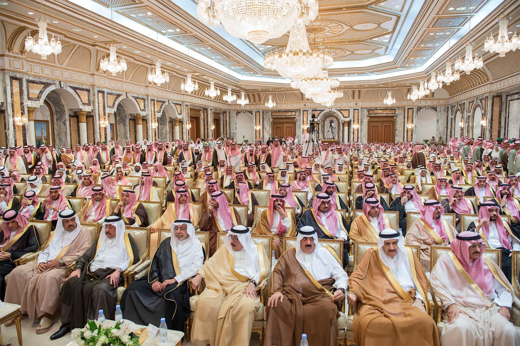 Des membres de la famille royale et des dignitaires saoudiens assistent à une cérémonie d'allégeance au prince héritier Mohammed ben Salmane à La Mecque, en Arabie saoudite, le 21juin2017 (Reuters)
