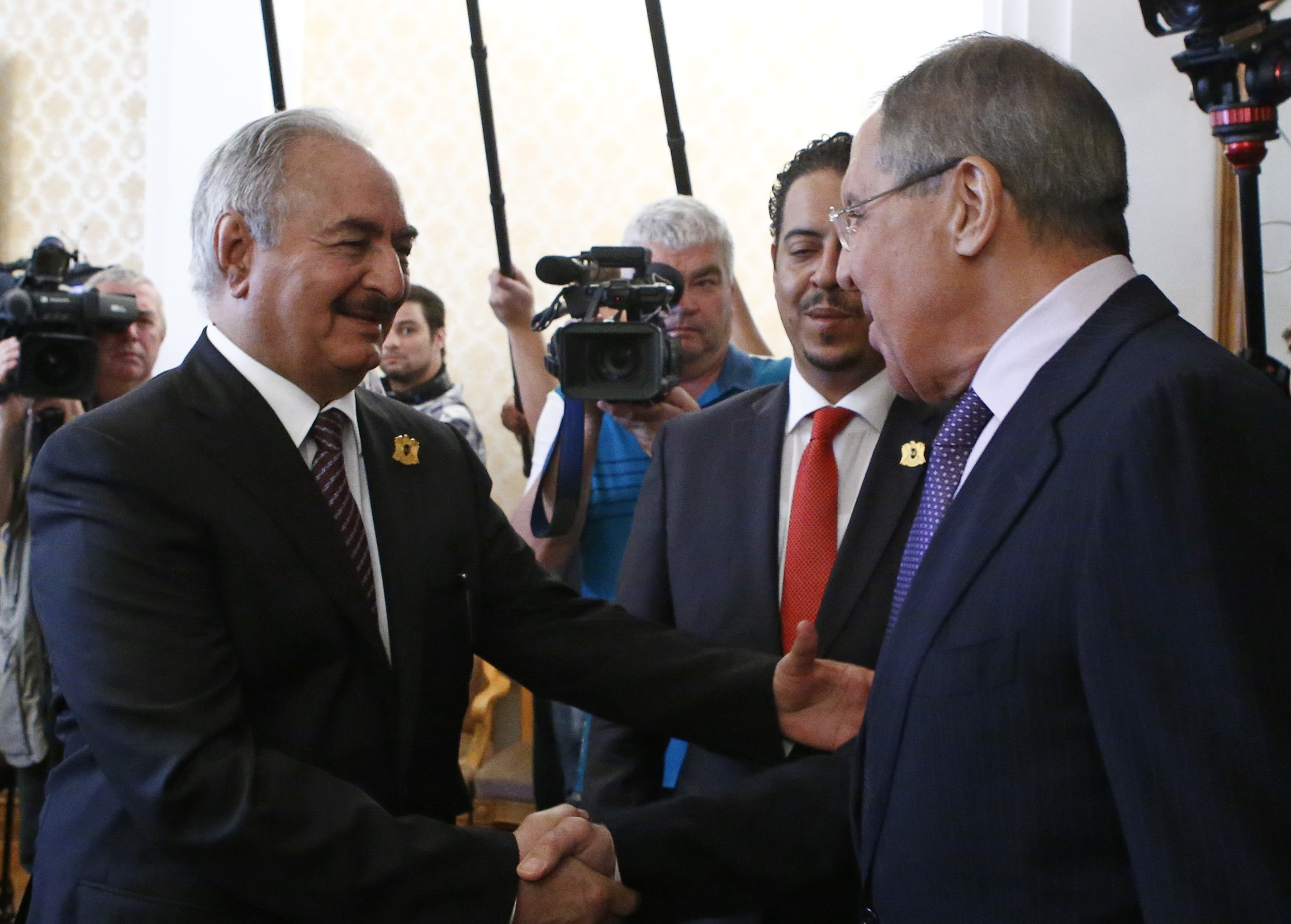General Khalifa Haftar (L), commander in the Libyan National Army (LNA), shakes hands with Russian Foreign Minister Sergei Lavrov during a meeting in Moscow, Russia  on 14 August, 2017 (Reuters)