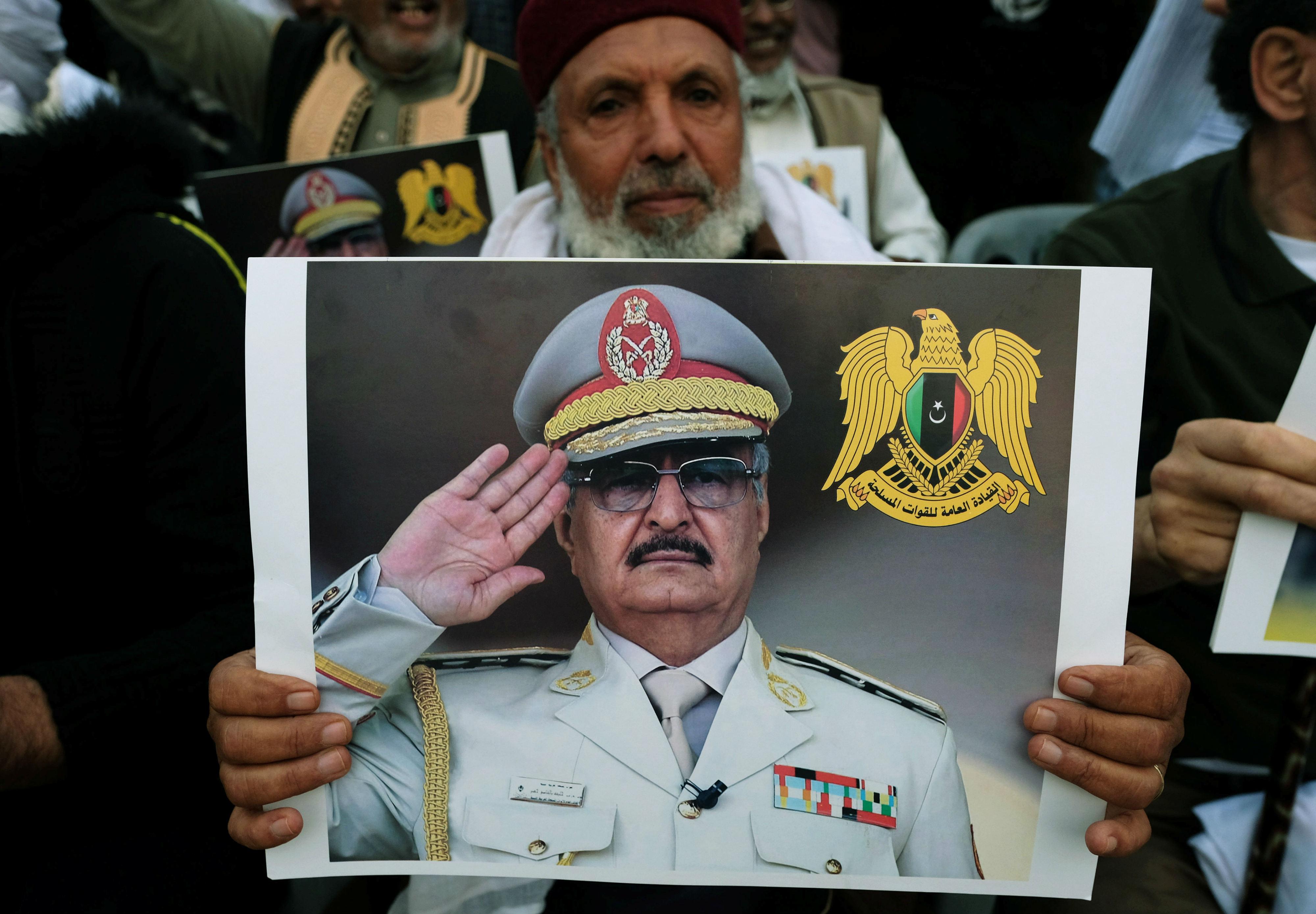Un Libyen dépeint Khalifa Haftar lors d'une manifestation pour soutenir l'offensive de l'armée nationale libyenne contre Tripoli à Benghazi (Reuters)