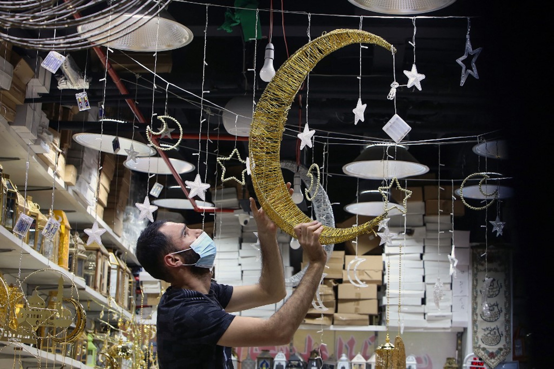 KOWEÏT. Un vendeur décore sa boutique pour le mois sacré, sur un marché de Koweït City, le 12 avril 2021 (AFP)
