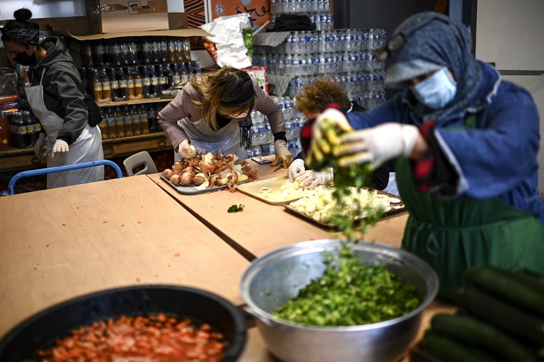 FRANCE. Des bénévoles de l'ONG Une chorba pour tous préparent des repas à distribuer aux personnes dans le besoin le premier jour du Ramadan à Paris, le 13 avril 2021 (AFP)
