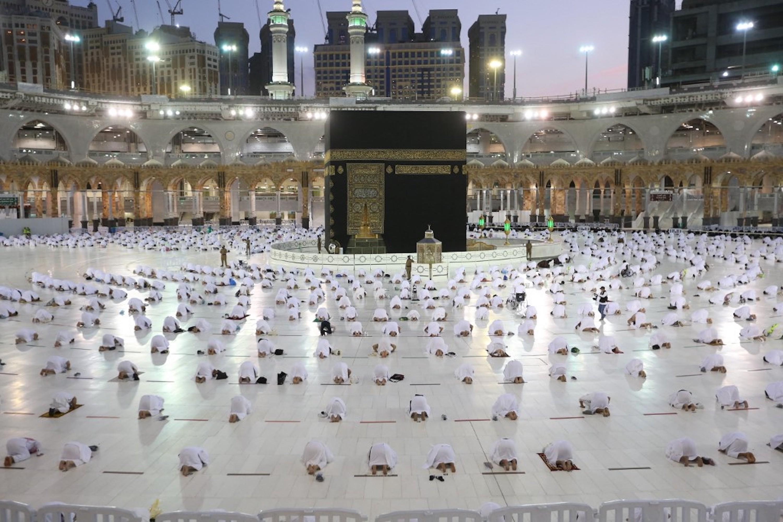 ARABIE SAOUDITE. Les fidèles musulmans prient autour de la Kaaba, le sanctuaire le plus sacré du complexe de la grande mosquée de la ville saoudienne de La Mecque, le 13 avril 2021 (AFP)