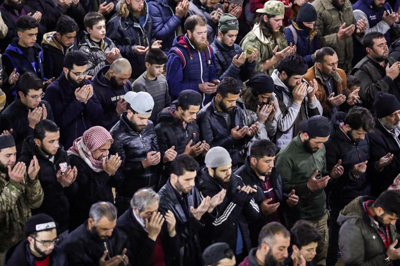 SYRIE. Prières du soir, appelées tarawih, après la rupture du jeûne, dans une mosquée d'Idleb, ville du nord-ouest de la Syrie, le 13 avril 2021 (AFP)
