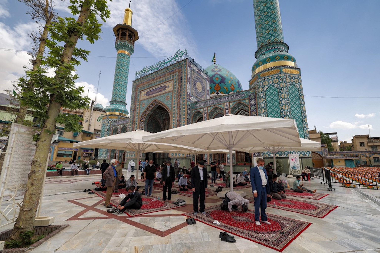 IRAN. Des fidèles prient devant le sanctuaire de l'Imamzadeh Saleh, dans le district de Shemiran, à Téhéran, le 14 avril 2021 (AFP)