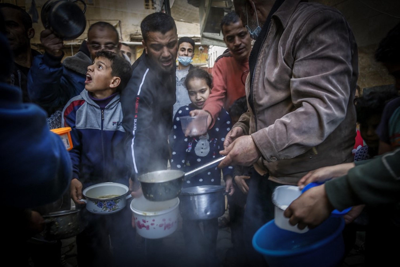 BANDE DE GAZA. Un Palestinien distribue de la soupe aux personnes dans le besoin à Gaza le 14 avril 2021 (AFP)