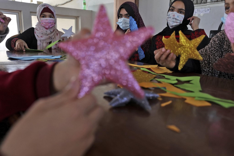 BANDE DE GAZA. De jeunes Palestiniennes participent à un atelier pour apprendre à fabriquer des étoiles ornementales pour le mois sacré, à Gaza, le 15 avril 2021 (AFP)