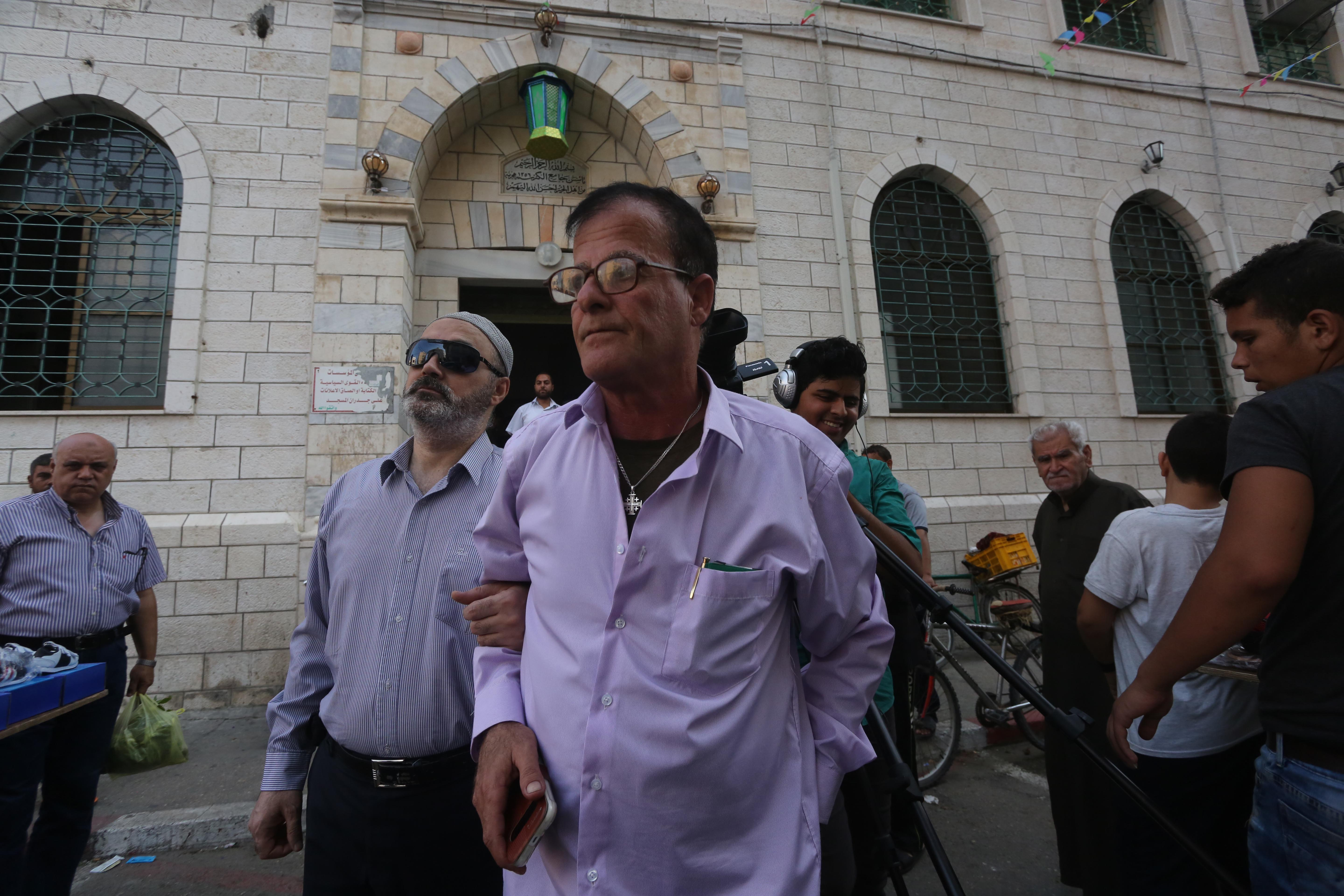 Blind prayer in Gaza: How a Christian helps his friend to mosque every day