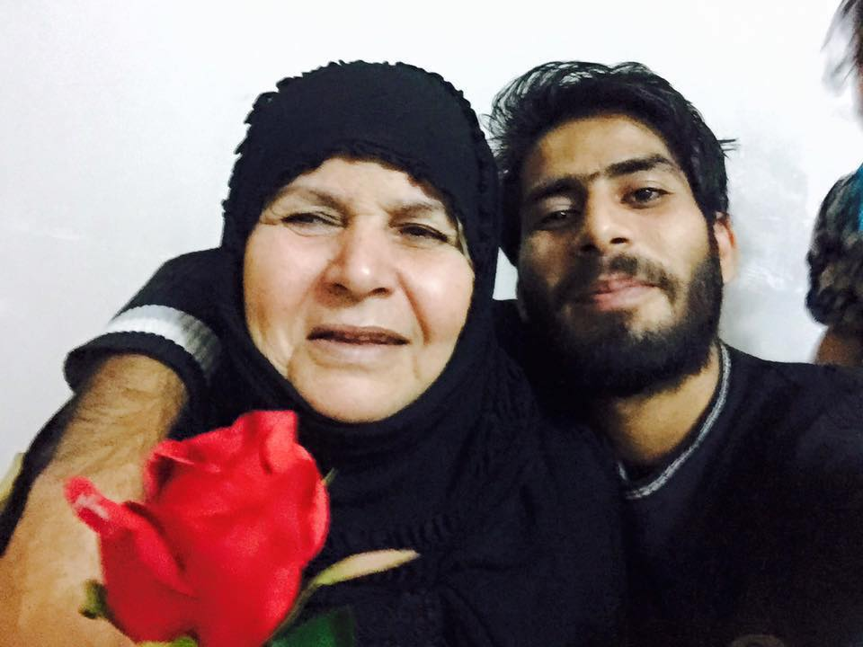 A picture of Saraa al-Sarray with his late mother (Facebook)
