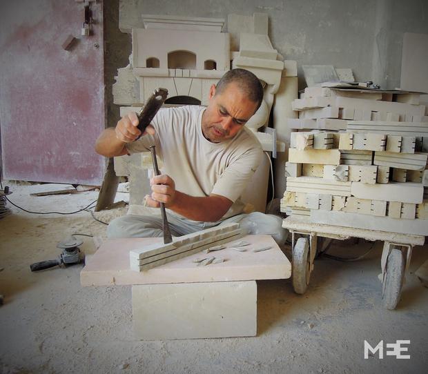 le sculpteur sur pierre tunisien de dar cha bane middle. Black Bedroom Furniture Sets. Home Design Ideas