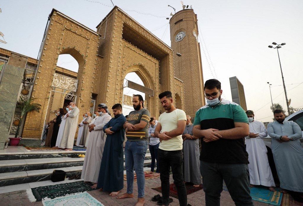 Des musulmans irakiens se rassemblent pour prier devant la mosquée Abou Hanifa al-Numan dans le quartier d'Adhamiyah à Bagdad (AFP)