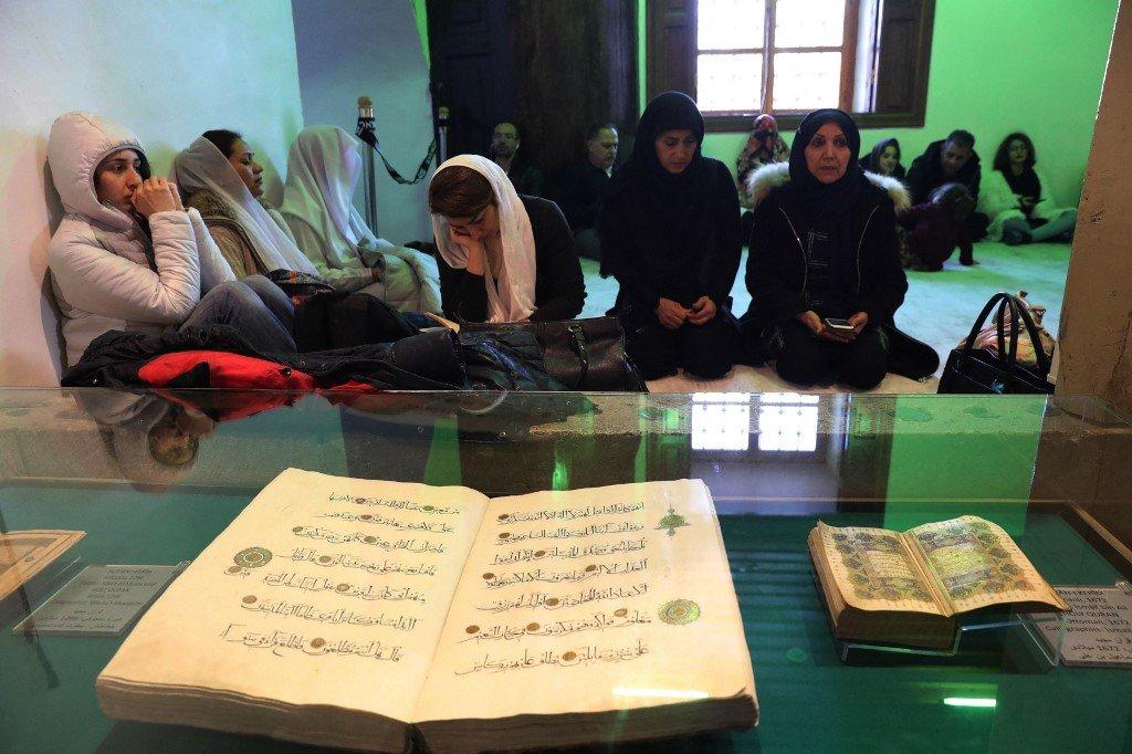 Des personnes visitent le musée Mevlana, mausolée de Mevlana Djalal al-Din Rumi, à Konya, dans le centre de la Turquie (AFP)