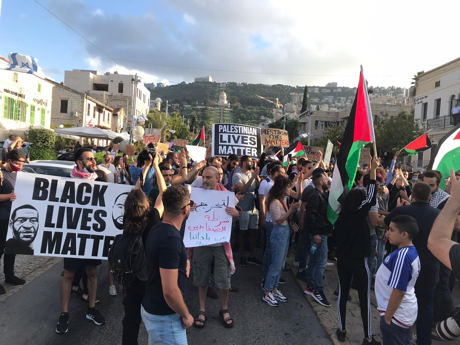 Des manifestants se sont rassemblés à Haïfa, en Israël, le 2 juin, pour protester contre le meurtre d'Eyad al-Halak (Muhammad Kadan / MEE)