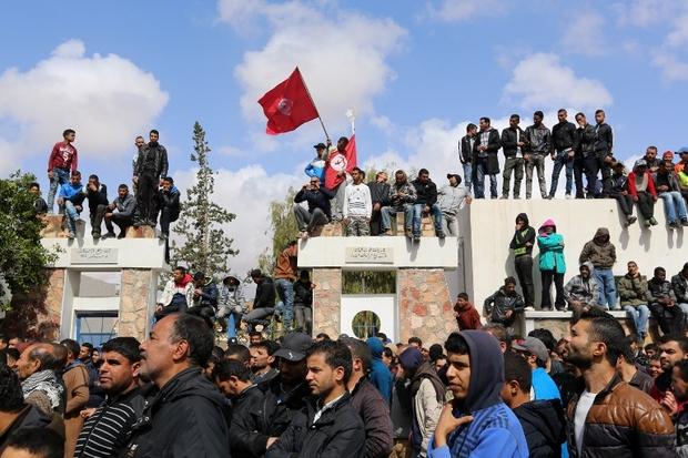 derri re la fa ade du succ s la r volution continue en tunisie middle east eye. Black Bedroom Furniture Sets. Home Design Ideas