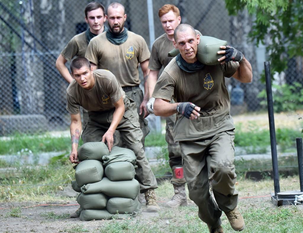 Les recrues du bataillon Azov participent à une compétition à Kiev (Ukraine) en 2015 (AFP)