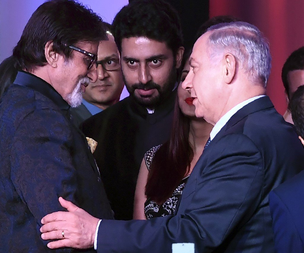 Indian Bollywood actor Amitabh Bachchan (L) speaks with Israeli Prime Minister Benjamin Netanyahu at the Shalom Bollywood event in Mumbai on January 18, 2018.