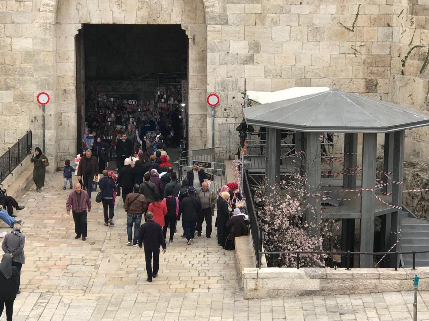 Une tour de sécurité érigée à l'entrée de la porte de Damas dans la vieille ville (Twitter @ThisIsAlquds)