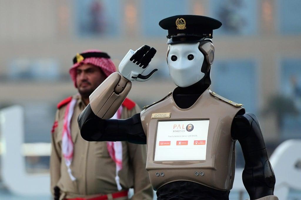 Un robot policier au garde-à-vous dans le centre-ville de Dubaï en 2017 (AFP)