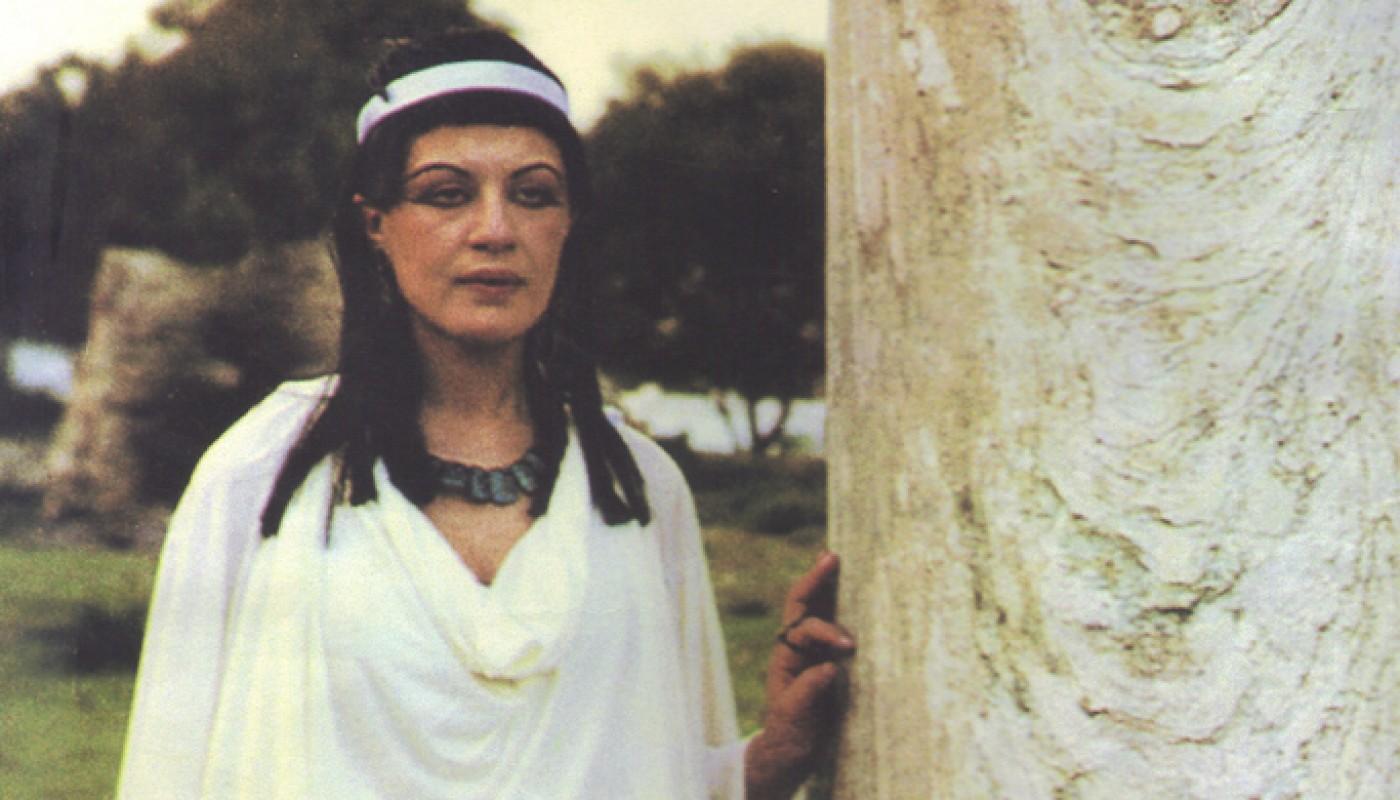 امرأة تقف بجانب شجرة، صورة من فيلم فاطمة، أحد الأفلام العربية التي تتناول حقوق النساء