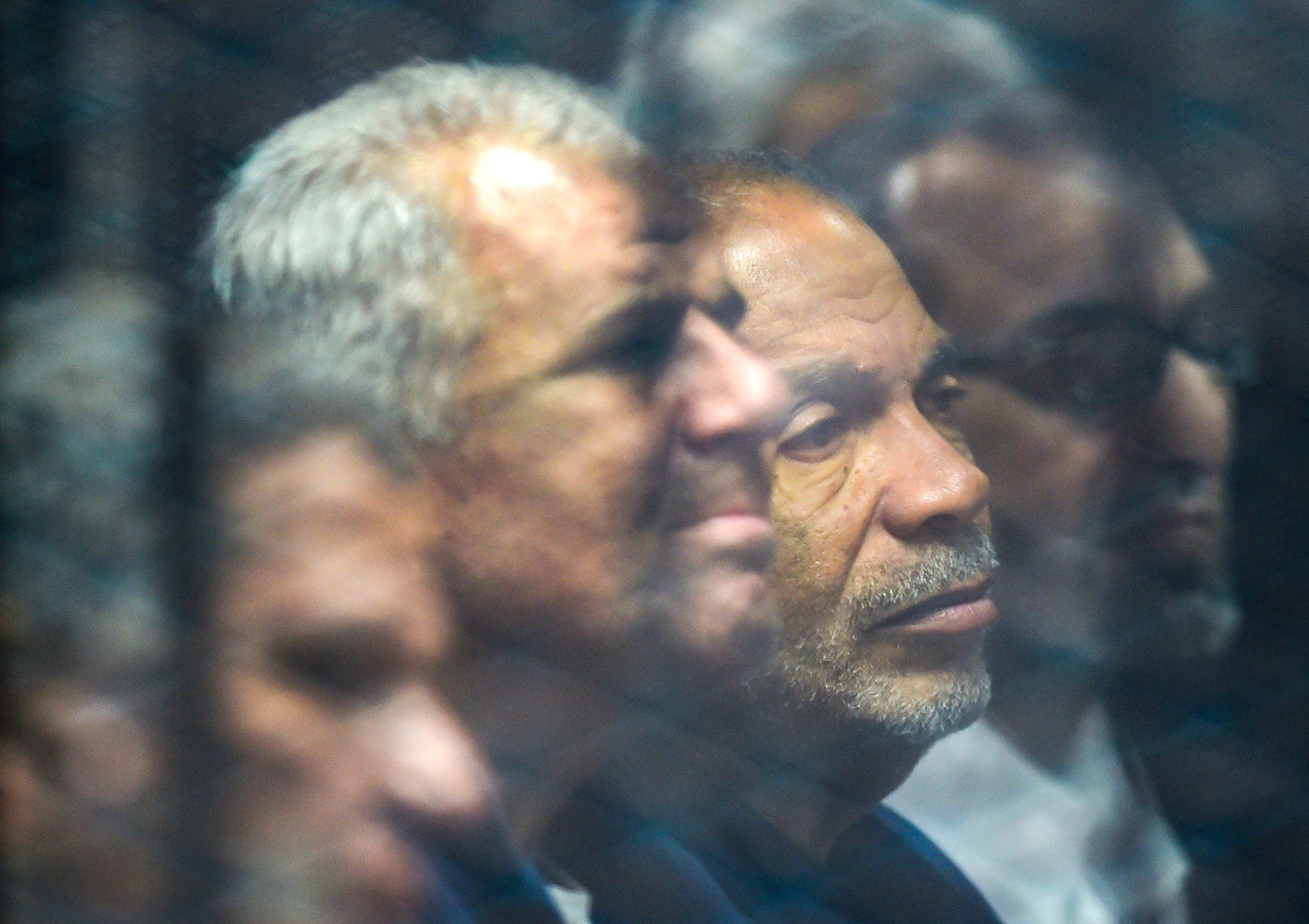 Saad al-Katatni (3e), membre haut placé des Frères musulmans et ancien président du Parlement égyptien, aux côtés de son collègue Sobhy Saleh lors de leur procès, le 2 décembre 2018 (AFP)