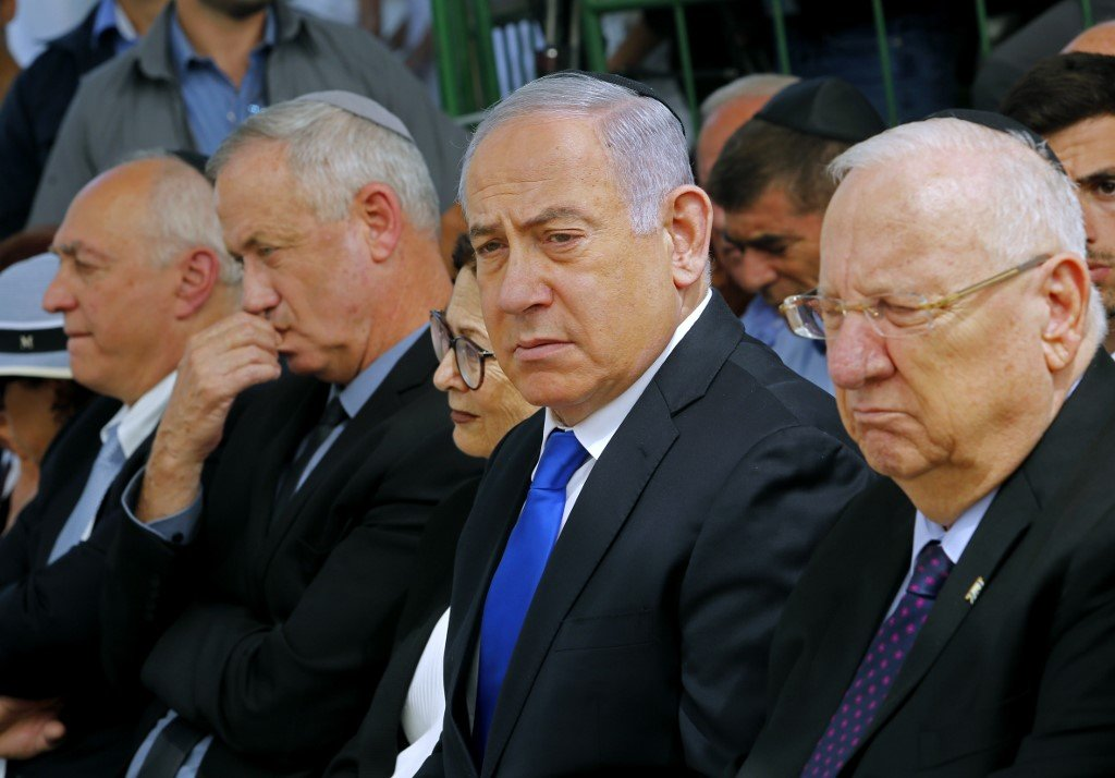 Former Israeli army chief Benny Gantz, Prime Minister Benjamin Netanyahu and President Reuven Rivlin are pictured in Jerusalem on 19 September (AFP)