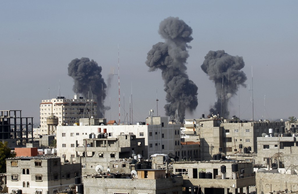 Smoke billows after Israeli air strikes near the Gaza-Egypt border in 2014 (AFP)