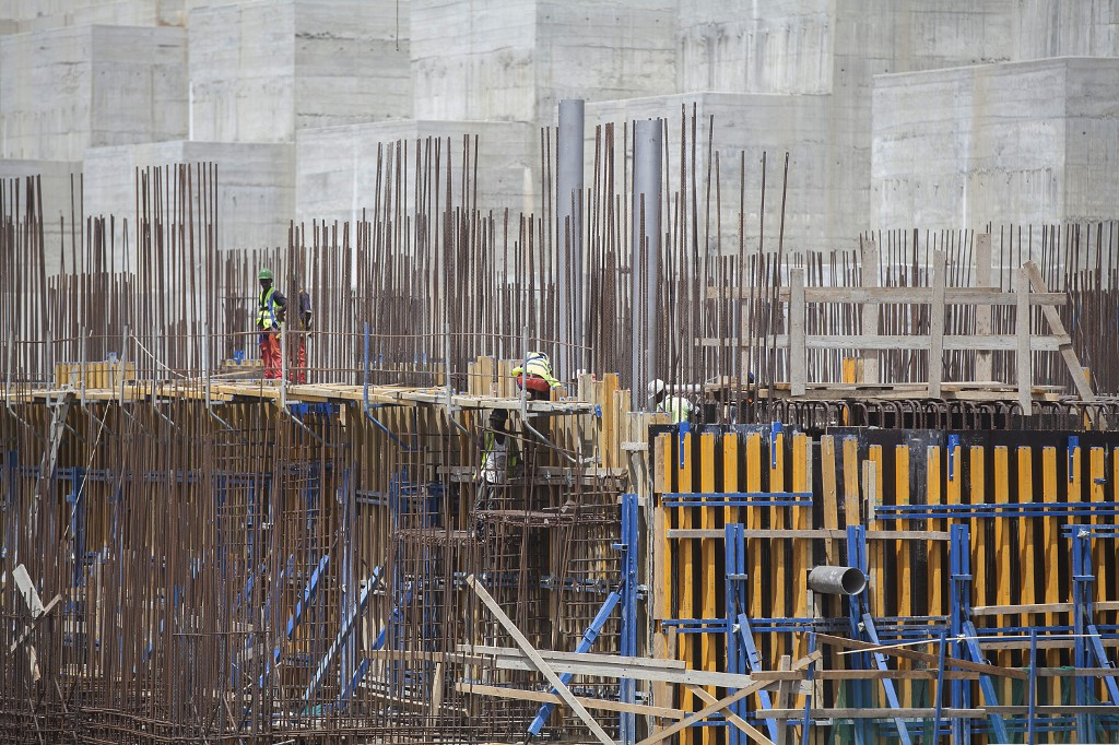 Workers build the Grand Ethiopian Renaissance Dam in 2015 (AFP)
