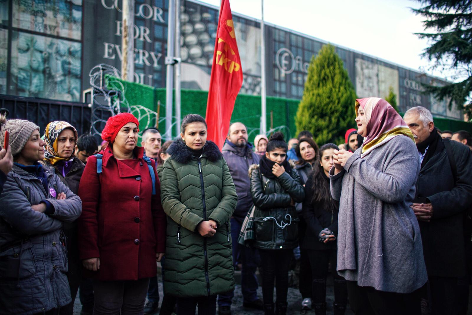 Fatma Akin addresses strikers who were laid off by cosmetic firm Flormar following their decision to join a union in city of Gebze (TKP))