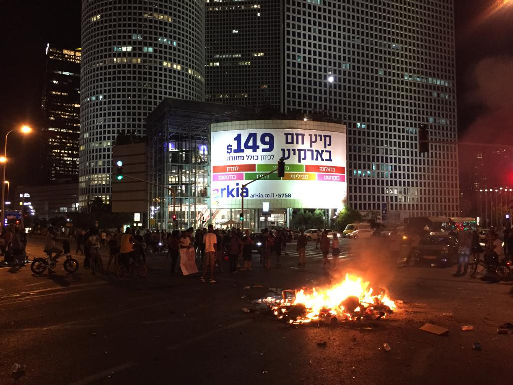 Protesters blocked traffic and lit tyres on fire during a protest in Tel Aviv (MEE/Yoal Hertzberg)