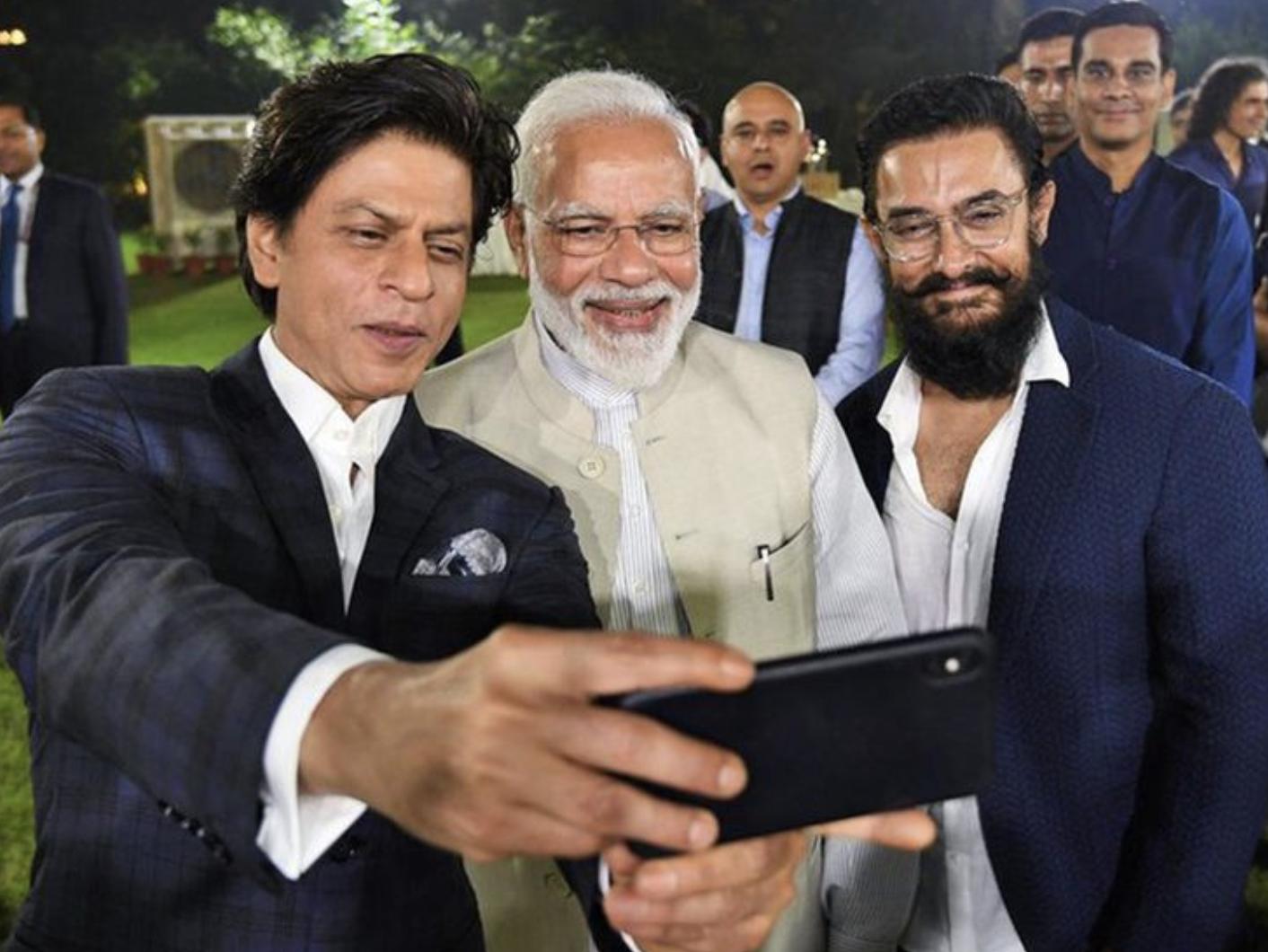 Khan taking a selfie with Modi (Screengrab)