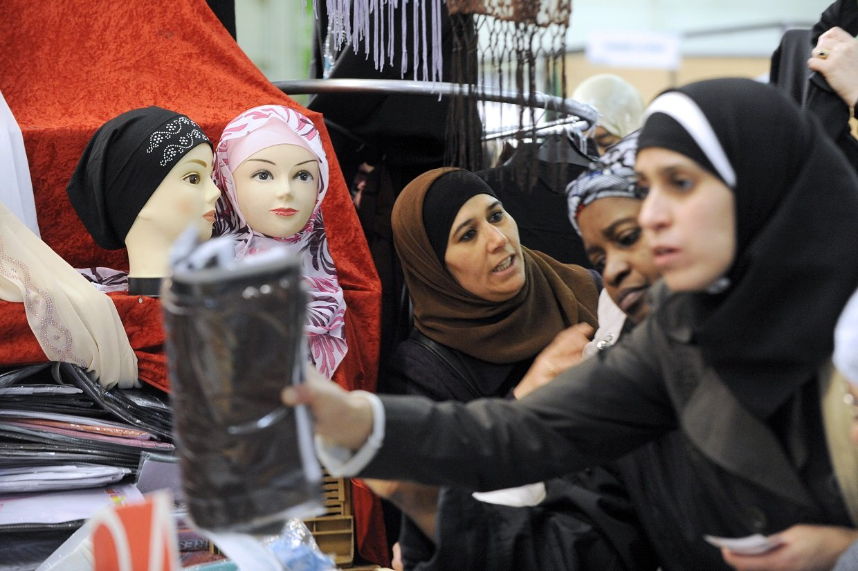 A woman purchasing a veil at the yearly meeting of French Muslims organized by the Union of Islamic Organisations of France (UOIF), on 4 April 2010 (AFP)