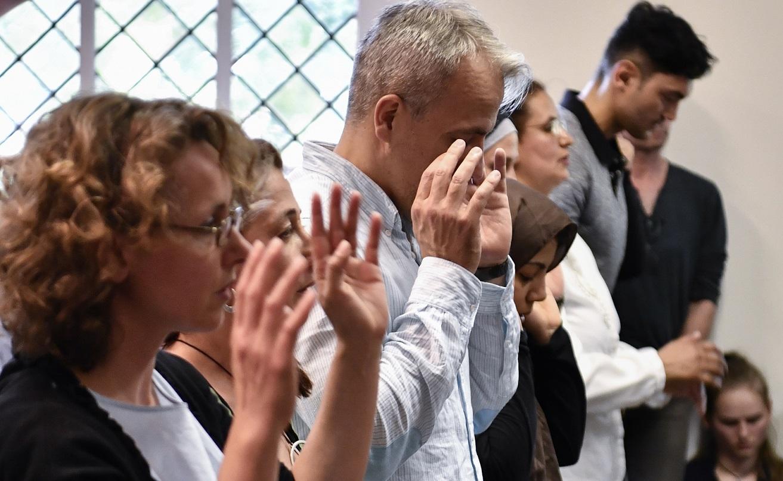 Des fidèles musulmans des deux sexes prient ensemble lors de l'inauguration de la mosquée mixte Ibn Rushd-Goethe à Berlin (Allemagne), le 16 juin 2017 (AFP)