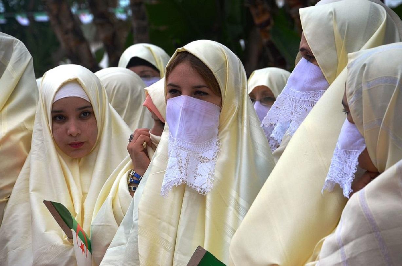 Femmes algériennes en haïk lors de la parade du 1er novembre 2015 à Alger (Mustapha Brahim Djelloul /Wikimedia Commons)
