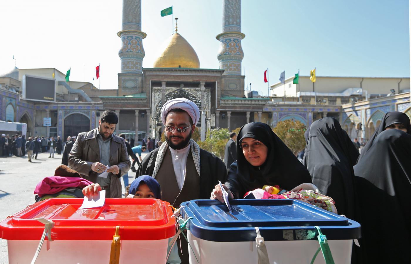 İranlılar, 21 Şubat 2020'de Tahran'ın güney eteklerinde bulunan Şah Abdul Azim türbesinde yapılan parlamento seçimleri sırasında oy kullandı. (AFP)
