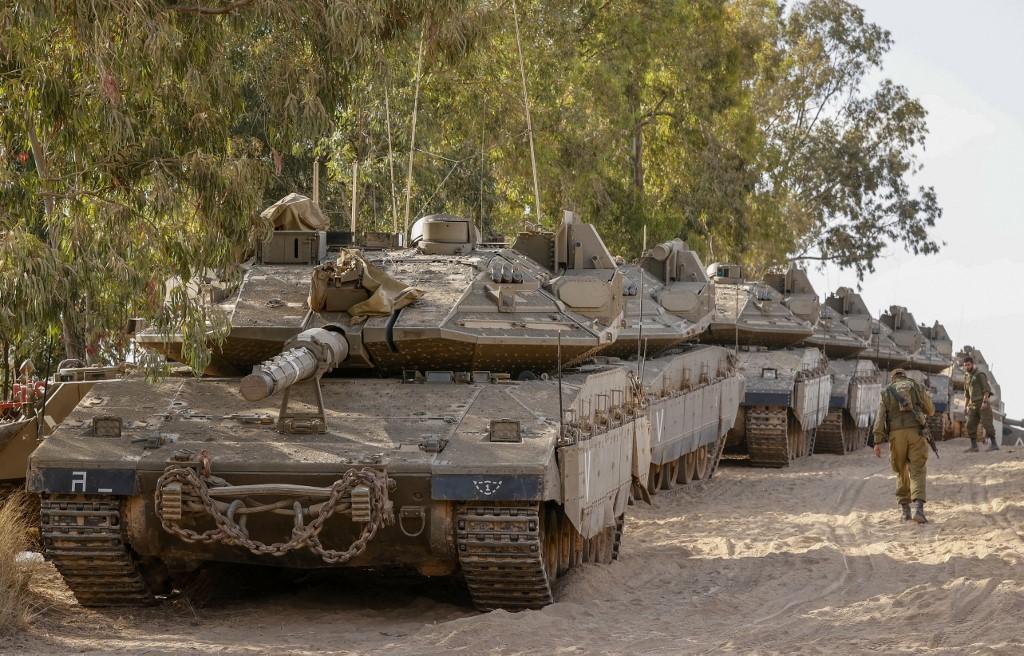 Israeli tanks are deployed along the Gaza border on 20 May 2021 (AFP)