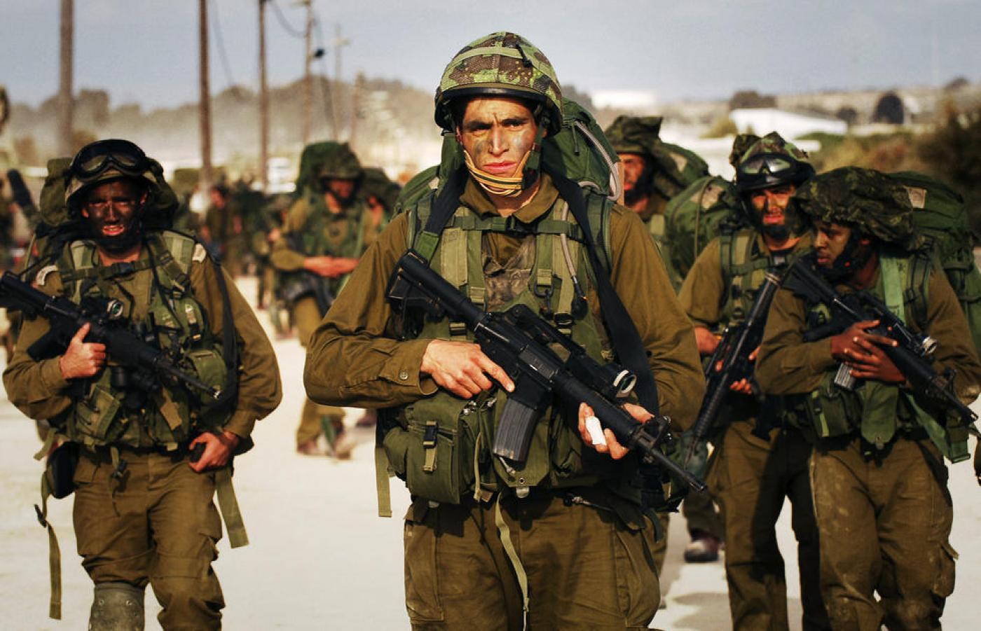 Des soldats israéliens munis d'armes de fabrication américaine lors de la guerre de Gaza en 2014 (AFP)