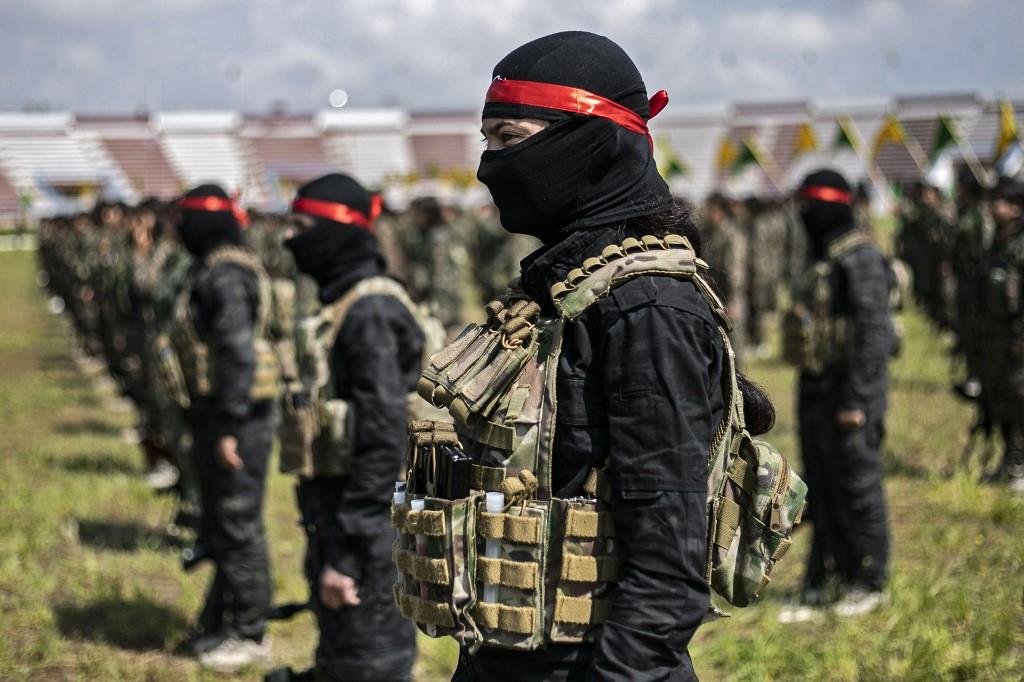 Des combattants kurdes participent à un défilé militaire dans l'est de la Syrie, le 27 mars (AFP)