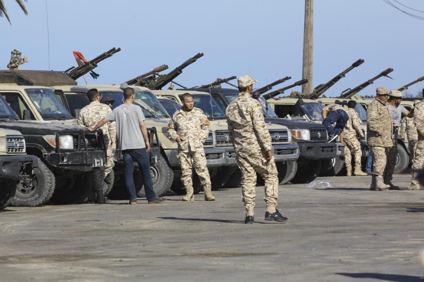 Des forces fidèles au Gouvernement d'entente nationale arrivent dans la banlieue de Tripoli depuis leur base de Misrata le 6 avril (AFP)