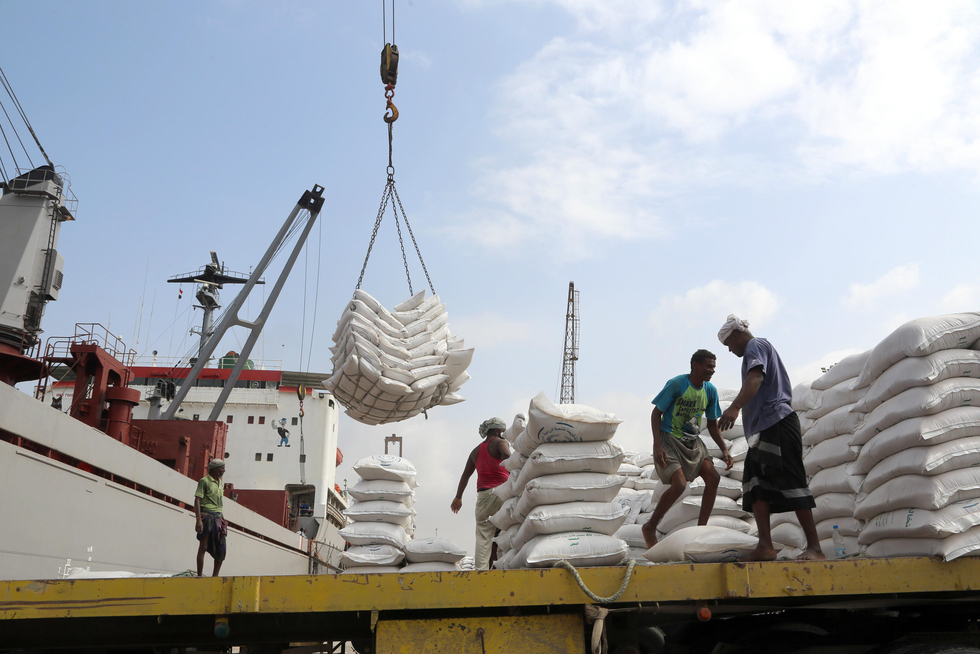Houthis mine Hodeidah port entrances as pro-government offensive pauses